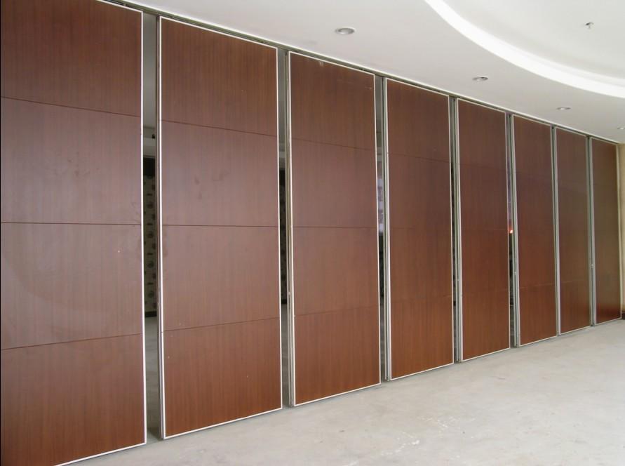 Vách ngăn di động bằng gỗ MDF cách nhiệt và cách âm tốt, cũng làm cho không gian trở nên sang trọng hơn