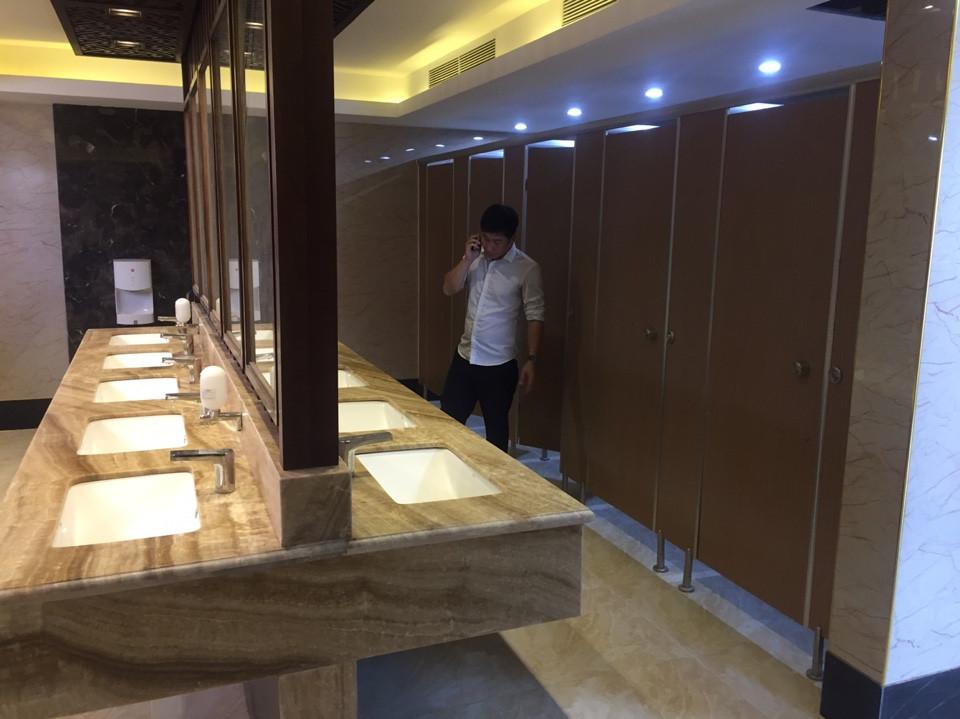 vách ngăn vệ sinh nhà hàng luxury palace